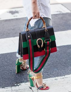 Excentriques à souhaits, ces piquantes sandales Gucci ont de quoi attirer l'attention ! (photo Chronicles of Her)