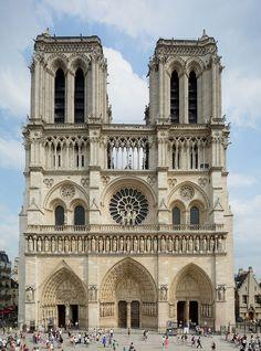 Au cœur de Paris:l'île de la cité Façade de Notre-Dame de Paris vue du parvis.
