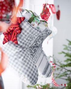 VINTER 2014 Pantoffeln in verschiedenen Mustern, die an einer Schnur hängen und als Nikolausstrümpfe dienen.