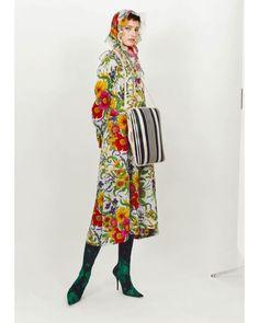 봄이 지나고 성큼 다가온 여름! 햇빛은 여전히 쨍쨍하지만 패션계는 더위가 꺾인 프리폴 컬렉션이 한창입니다최근 공개된 컬렉션을 살펴볼까요? 70년대 수영복에서 영감받은 듯한 꽃무늬가 돋보이는 #발렌시아가 스웨트셔츠와 팬츠를 오피스 룩으로 변신시킨 티 바이 #알렉산더왕 90년대를 주름잡던 슈퍼모델 에린 오코너를 내세운 #더로우 2017 F/W 컬렉션에 키워드 '영국 콘월' 도시의 무드가 이어진 #알렉산더맥퀸 파리지엔들이 좋아할 만한 정갈하고 편안한 룩의 #이자벨마랑 까지! (Juyeon Woo) _ Here are #PreFall collections shown recently by brands #Balenciaga #AlexanderWang #TheRow #AlexanderMcQueen and #IsabelMarant. #Prefall17 #TBYALEXANDERWANG #McQueenPreAW17 #ErinOConnor #Vogue #VogueKorea #巴黎世家 #亚历山大王…