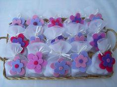 Ricordate la pioggia di spille con i fiori in feltro? Sono state applicate a dei sacchettini di tulle color panna!