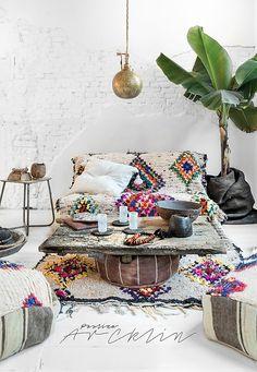 Você adora ver a sua casa cheia de vida, cultura e itens que você colecionou nas suas viagens? O Bohemian Chic é o seu estilo de decoração, pois reflete uma sensibilidade moderna e flerta com personalidades despreocupadas, relaxadas e incomuns. Ele lembra a decoração hippie no uso das cores e no despojamento mas revisita conceitos, complementando os espaços com elementos modernos. #arquiteturaexpress #decoração http://arquitetasexpress.com.br/decoracao-estilo-bohemian-chic…