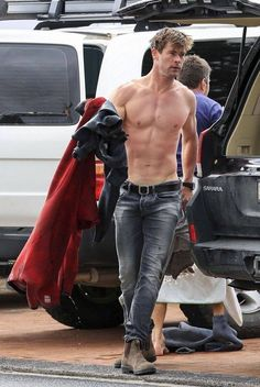 Thor actor Chris Hemsworth goes surfing in Byron Bay Chris Hemsworth Thor, Chris Hemsworth Sem Camisa, Chris Hemsworth Family, Hemsworth Brothers, Snowwhite And The Huntsman, Fangirl, Z Cam, Australian Actors, Hottest Male Celebrities