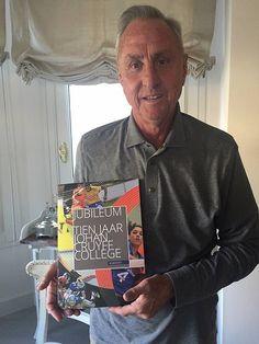 Johan Cruijff neemt jubileumboek in ontvangst