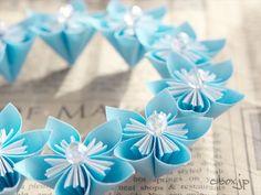 何かさわやかな折り紙がいいなぁ。とぼんやりと考えていた時に思いついたのが今回ご紹介する夏色リースです。 Origami, Diy And Crafts, Paper, Floral, Projects, Craft, Paper Flowers, Do Crafts, Ideas