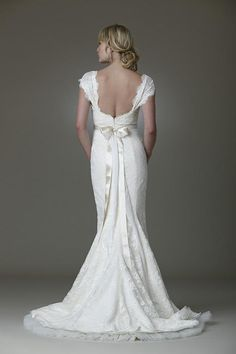 Weddbook ♥ Lace coupe-bas robe de mariée dos avec ceinture en satin et un arc de retour. Robe de mariage de cru