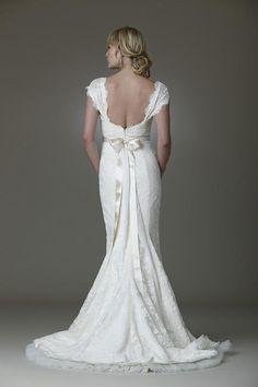 Weddbook ♥ Lace low-cut back wedding dress with satin belt and back bow. Vintage wedding dress
