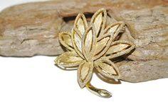 Broche Vintage Avon, Avon bijoux, broche de couleur or, broche fleur, bijoux floraux, broche florale, signé bijoux, broche feuille, broche des années 1960