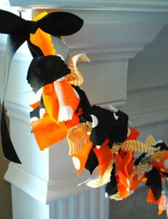 Fun fabric tie garland in black, orange and polka dots. Perfect for your Halloween party or decorations! My garlands are very full and neatly hand-tied. And, they are reusable! Just drape from a hange
