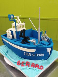 Pastel de fondant en forma de barco de pesca