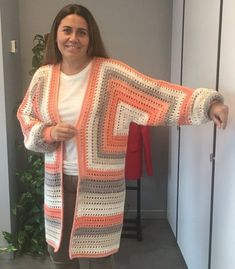 You won't believe how easy it is to make a lightweight, bishop-sleeved sweater in this crochet cardigan video Pull Crochet, Crochet Coat, Crochet Cardigan Pattern, Crochet Tunic, Crochet Jacket, Crochet Granny, Crochet Clothes, Crochet Stitches, Crochet Designs