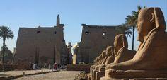 2 jours à Louxor et au Caire depuis Charm el Cheikh, Découvrir les magnifiques Pyramides de Gizeh, le Sphinx, le Musée égyptien et Khan El Khalili au Caire. Aussi les richesses pharaoniques de Louxor comme le Temple de Karnak, la Vallée des Rois, le Temple de la Reine Hatshepsout et les Colosses de Memnon