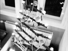 Anne vom Blog Überall & Nirgendwo präsentiert Dir heute den Klapptannenbaum to go, den sympatischen Handtaschentannenbaum für die/den Frau/Mann von Welt. Platzsparend und verstaubar, macht er es möglich, Weihnachten ab jetzt überall zu feiern. Verzichtest Du ab jetzt ebenfalls auf den klassischen Tannenbaum?
