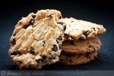 Amerikalıların meşhur chocolate chip cookies tarifi. Malzemeler 200 gram tereyağ 300 gram şeker 1 adet yumurta 1 paket vanilya 300 gram un 1 paket kabartma tozu 250 gram damla çikolata Hazırlanışı Damla çikolata dışındaki bütün malzemeler karıştırılıp hamur haline getirilir. Damla çikolata eklenip, karıştırılır. Bir dondurma kepçesi ile kurabiye hamuru aralıklarla tepsiye konulur. Su bardağının […]