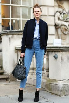 Here are a few tips on how to style mom jeans.The Straight-legged, high-waisted mom jeans are a vintage twist on your go-to skinnies and are a foolproof way to make any outfit look just a little better. Outfit Jeans, Blazer Jeans, Denim Pants, Denim Jean, Jacket Jeans, Navy Jacket, Denim Top, Cropped Trousers, Women's Jeans
