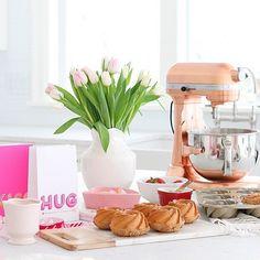 @monikahibbs knows how to throw a baking party. 🙌🏻 Mini Bundt cakes made with copper ✨ @kitchenaidusa + @nordicwareusa pan. #mywilliamssonoma #kitchengoals