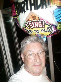 Liebes Ballon-Team,  ich wollte im Internet mal schauen ob es eine Möglichkeit gibt Luftballons zu verschicken. Die erste Eingabe war ein Volltreffer, ich landete zum Glück auf Eurer Seite. Begeistert nahm ich Kontakt auf, bestellte einen singenden Ballon, schrieb ein paar nette Zeilen und bezahlte bequem. Dann hieß es warten. Kommt der Ballon pünktlich an? Wird mein Freund sich freuen? Ist die Kiste wirklich so spektakulär? Den Weg des Paketes verfolgte ich mit Aufregung und Spannung.