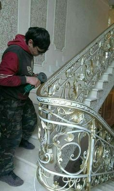 Wrought iron stairs railing luxury New Ideas Staircase Railing Design, Luxury Staircase, Wrought Iron Stair Railing, Iron Staircase, Home Stairs Design, House Gate Design, Stair Handrail, Wrought Iron Gates, Home Interior Design