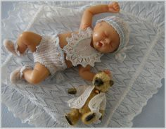 Chrystal's Designs: Miniature Knitting in the Studio Dollhouse Dolls, Miniature Dolls, Barbies Pics, Rock A Bye Baby, Doll Display, Clay Baby, Polymer Clay Dolls, Tiny Dolls, Felt Dolls