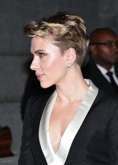 Scarlett Johansson Works an Atelier Versace Lady Tux at the amfAR New York Gala (4)