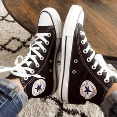 Shop Women's Converse White size 7 Sneakers at a discounted price at Poshmark. Converse All Star, Converse Haute, Converse Shoes High Top, Mode Converse, Sneakers Mode, Outfits With Converse, Sneakers Fashion, Fashion Shoes, Mom Fashion