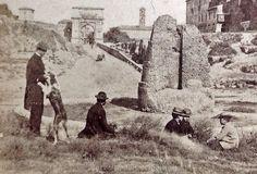 Foto storiche di Roma - Piazza del Colosseo - Veduta della Meta Sudante, sullo sfondo la via Sacra Anno: 1865 ca.