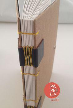 Coleção Love Kraft, detalhe da costura do caderno de desenho, folhas Canson, criado pelo studio Páprica