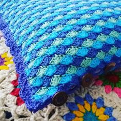 Pronta!!! Como é bom terminar uma peça  Borda de conchinhas e botões de côco. Adoro esses botões para as capas de almofada. São do tamanho ideal é fazem uma combinação perfeita com o crochê. Nem muito rústicos e nem muito elaborados.  Ready! It's so nice to finish a piece.  Shell stitch edges and coconut buttons. Love these buttons. They make a perfect combination with crochet. Not too rustic and neither too fancy. Beautiful!  #croche #crochet #crochetpillow #crochetpillowcase…