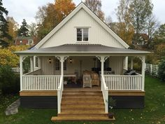 Bildresultat för amerikansk veranda House With Porch, Cozy House, Gazebo, Pergola, Outside Paint, Holland House, Diy Porch, Scandinavian Home, Building A House