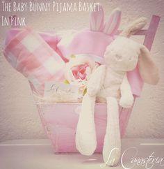 The Baby Bunny Pijama Basket: In Pink es una canastita hermosa para bebitas recién nacidas con una clásica paleta pink y toques shabby chic para un regalo inolvidable y especial! Incluye nuestro elegante conejo de importación ultra suave, mameluco de conejo, blankie hipoalergénico y una fina peonia decorativa. Manejamos envíos a todo México y acpetamos pagos internacionales en nuestra tienda digital.