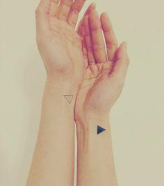le bien et le mal - tatouages triangles sur les poignets
