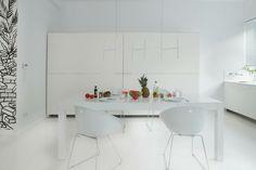 Salle à manger à la décoration entièrement en blanc