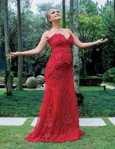 Eliana comemora a nova gestação no jardim de casa, em São Paulo, antes de ir ao SBT ganhar o Troféu Imprensa de melhor apresentadora  (Foto:  )