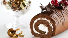 Mary Berry shows you how to make a foolproof chocolate yule log a.a Bûche de Noël. It's utterly delicious and a perfect alternative to Christmas pudding! Chocolate Swiss Roll Recipe, Chocolate Yule Log Recipe, Chocolate Roulade, Christmas Chocolate, Lindt Chocolate, Chocolate Crinkles, Chocolate Recipes, Chocolate Smoothies, Chocolate Mouse