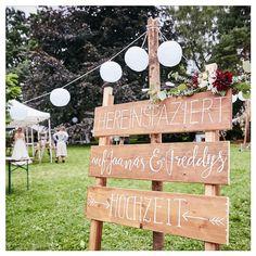 Handgeletterte Hochzeitsschilder von Fanfare Paper Goods auf einer Festivalhochzeit im Grünen.