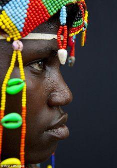 Los miembros de la tribu son a menudo adornados con bellos tocados construidos a partir de cuentas y conchas pintadas