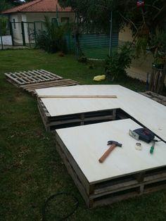 Mesa simples de Pallets com tampo de compensado cru de 6mm. Fica super fácil e prático para dispor ao chão