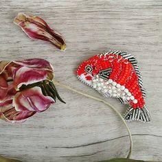 @Regranned from @argeniina - Как же не просто ты мне далась #рыбкамоя Чешский и японский бисер #toho, итальянские #пайетки, граненые бусины. Головка вышита мулине. Изнанка натуральная кожа.----- ----- --------------------------------------------------------------- Размер: ✔37х60 мм Цена: ✔2000р ✅ ✅ ✅ #moscow #брошьрыба #handmadejewelry #handmade_ru_jewellery#хэндмэйд #ручнаяработа #тюльпаны #ювелирнаябижутерия #украшенияпремиум #great_hm_ac #авторскиеукрашения #авторскаябижутери...