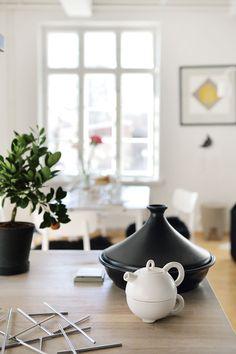 Teehetki on nopeasti katettu, kun pöydälle nostaa teekannun, jonka alle…