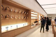 Media photos offer deeper peek inside Apples first Singapore store Mobile Shop Design, Showroom Interior Design, Electronic Shop, Phone Store, Camera Store, Retail Store Design, Store Interiors, Display Design, Booth Design