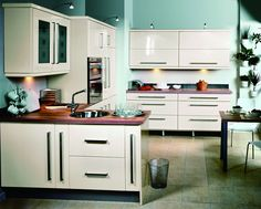 This kitchen cabinet was made use of the UV high gloss decoration board,it is the materials which is easy to clean.