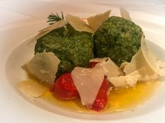 Spinatknödel #kuffler #catering #spatenhaus #bavarianfood #munich Restaurant, Palak Paneer, Broccoli, Catering, Vegetables, Ethnic Recipes, Food, Fine Dining, Opera