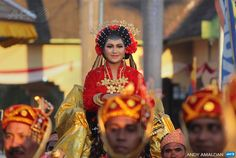 "INDONESIA, Bima : In this photo taken on September 7, 2014, the princess from the Sultanate of Dompu in West Nusa Tenggara is carried on a throne during a royal festival locally called the ""19th..."