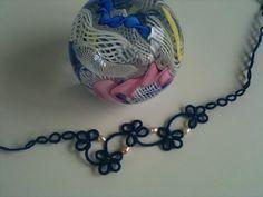 Eleganter Tatting (Occhi) Choker aus dunkelblauer mercerisierte Baumwolle, mit…