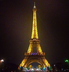 🗼🇫🇷 #tbt #lastyear #champsdemars #eiffeltower #tower #architecture #archilovers #travelphotography #nightphotography #streetphotography #travelgram #instatravel #wanderlust #paris #france #europe #eurotrip #backpacking #lights #symmetry
