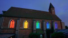 Lichtinstallation des Berliner Künstlers Götz Lemberg in der evangelischen Klosterkirche St. Marien im niedersächsischen Lilienthal. In der Installation hat Lemberg das Licht in seine Spektralfarben zerlegt. Sieben Meter lange Neonröhren durchleuchten die Fenster der Kirche wie ein Regenbogen. #equality