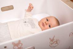 Une fois vidée de son contenu, la Baby Box devient un couffin grâce au matelas à mémoire de forme placé au fond.  Ici, Achille, 2 mois et demi.