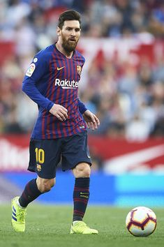 Lionel Messi Photos - Lionel Messi of FC Barcelona runs with the ball during the La Liga match between Sevilla FC and FC Barcelona at Estadio Ramon Sanchez Pizjuan on February 2019 in Seville, Spain. Fc Barcelona, Messi Neymar, Messi 10, Ballon D'or, Messi Photos, Leonel Messi, Football Tops, Latest Sports News, Goalkeeper