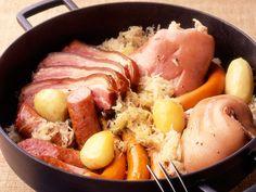 Découvrez la recette Choucroute garnie de ma maman sur cuisineactuelle.fr.
