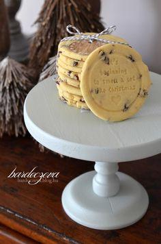 Van a mamám-féle vajas keksz recept, ami a családban kézről-kézre jár azóta is, mert olyan egyszerű, hogy elfelejteni sem lehet...én csak 10-20-30-nak hívom, erről így minden meg is jegyezhető.Hozzávalók: 10 dkg porcukor20 dkg vaj30 dkg lisztplusz 1 tojás sárgájaEgy nagyon fontos… Homemade Christmas Gifts, Homemade Gifts, Cake Recipes, Dessert Recipes, Xmas Dinner, Sweet And Salty, Cake Cookies, Christmas Cookies, Food To Make